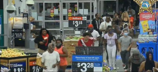 Video hàng trăm người lao vào siêu thị Mỹ hôi của - 7