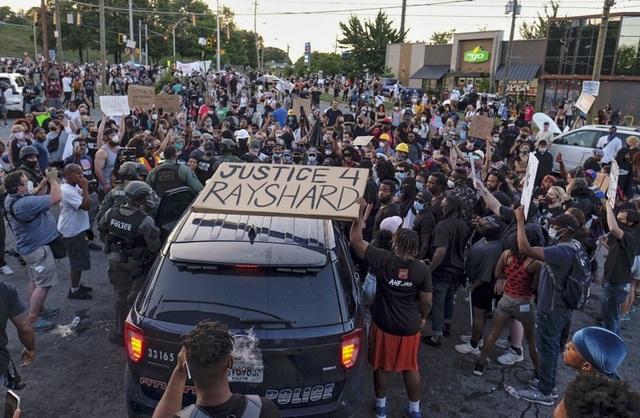 Người biểu tình Mỹ dàn hàng chặn cao tốc, đốt cháy rụi nhà hàng - 4