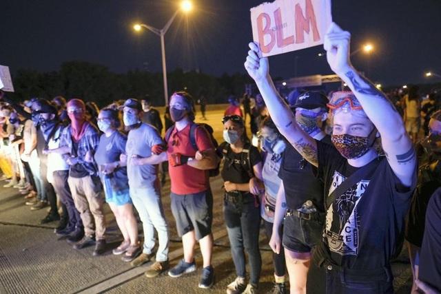 Người biểu tình Mỹ dàn hàng chặn cao tốc, đốt cháy rụi nhà hàng - 3
