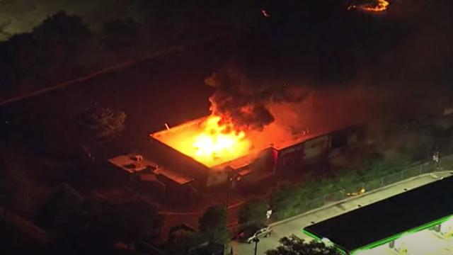 Người biểu tình Mỹ dàn hàng chặn cao tốc, đốt cháy rụi nhà hàng - 1
