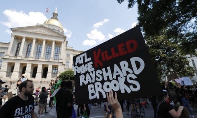 Mỹ lại dậy sóng vụ cảnh sát bắn chết người da màu ngủ gật trên ôtô - 2