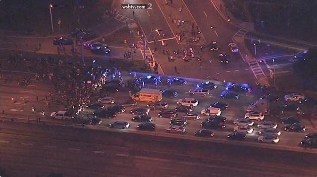 Người biểu tình Mỹ dàn hàng chặn cao tốc, đốt cháy rụi nhà hàng - 2