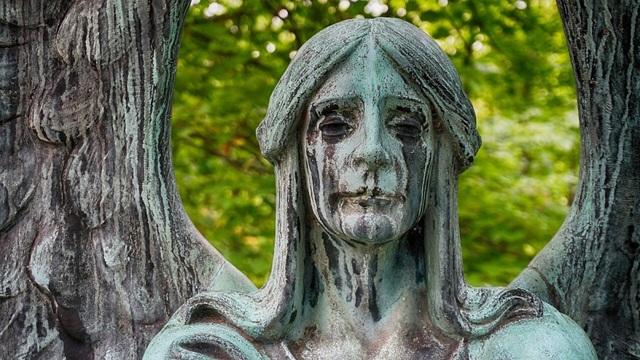 Ám ảnh trước pho tượng khóc ra nước mắt đen trong nghĩa trang lạnh lẽo - 3