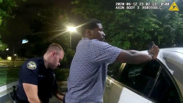 Phút cuối của người da màu bị cảnh sát Mỹ bắn chết tại bãi đỗ xe - 2