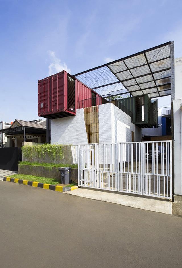 """Biệt thự """"không móng"""" làm từ 4 chiếc container độc đáo ở Indonesia - 1"""