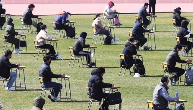 Hơn 100 ứng viên làm bài thi tuyển dụng tại sân vận động vì Covid-19 - 1