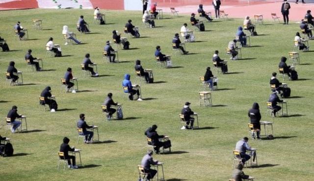 Hơn 100 ứng viên làm bài thi tuyển dụng tại sân vận động vì Covid-19 - 2