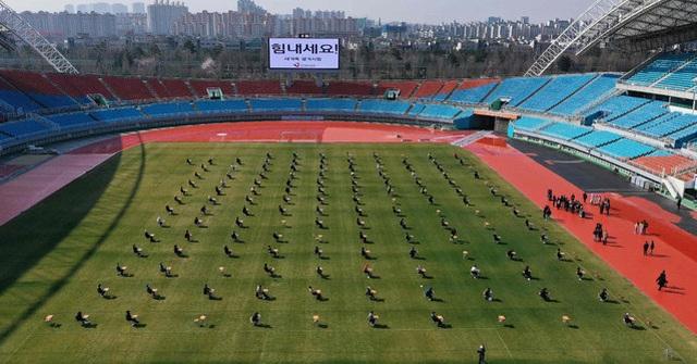 Hơn 100 ứng viên làm bài thi tuyển dụng tại sân vận động vì Covid-19 - 3