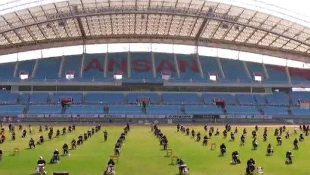 Hơn 100 ứng viên làm bài thi tuyển dụng tại sân vận động vì Covid-19 - 4