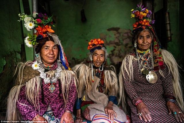 Kỳ lạ cuộc sống của bộ lạc có tập tục hôn nhau thoải mái, trao đổi vợ tự do - 4