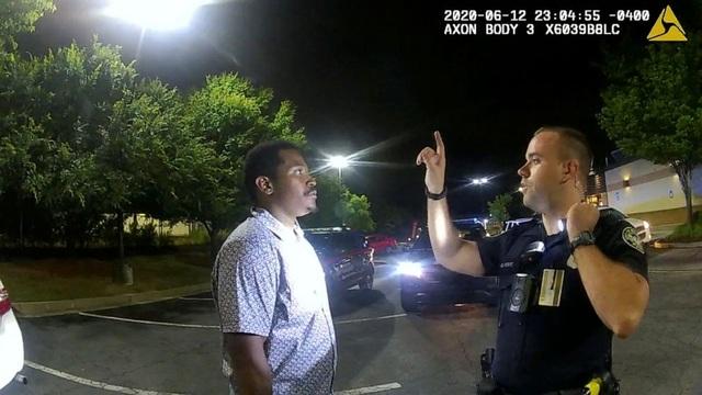 Phút cuối của người da màu bị cảnh sát Mỹ bắn chết tại bãi đỗ xe - 1