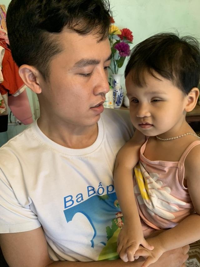 Bé gái bị hỏng đôi mắt được bạn đọc Dân trí giúp đỡ hơn 95 triệu đồng - 3