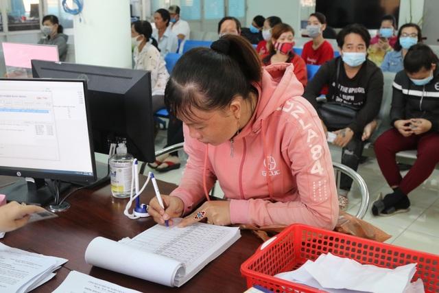 Người lao động tại Long An tấp nập đi làm thủ tục trợ cấp thất nghiệp - 3