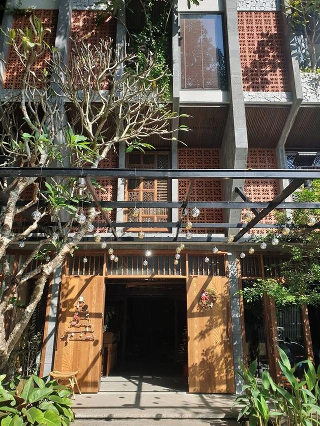"""Tòa nhà ở Đà Nẵng """"ẩn giấu"""" cả khu vườn nhiệt đới tuyệt đẹp bên trong - 6"""