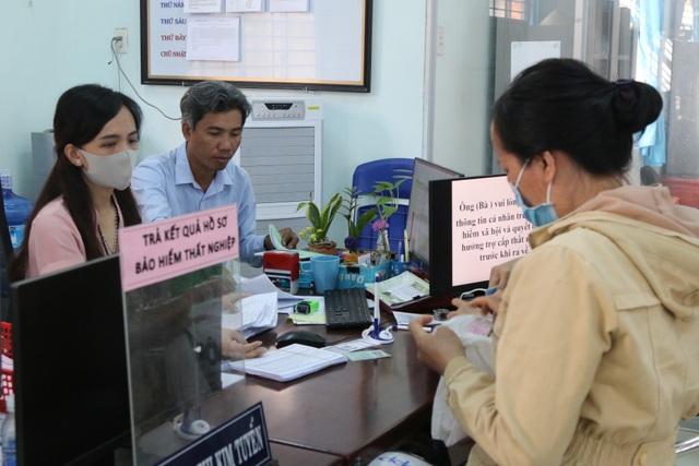 Người lao động tại Long An tấp nập đi làm thủ tục trợ cấp thất nghiệp - 5