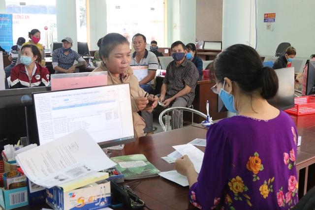 Người lao động tại Long An tấp nập đi làm thủ tục trợ cấp thất nghiệp - 7