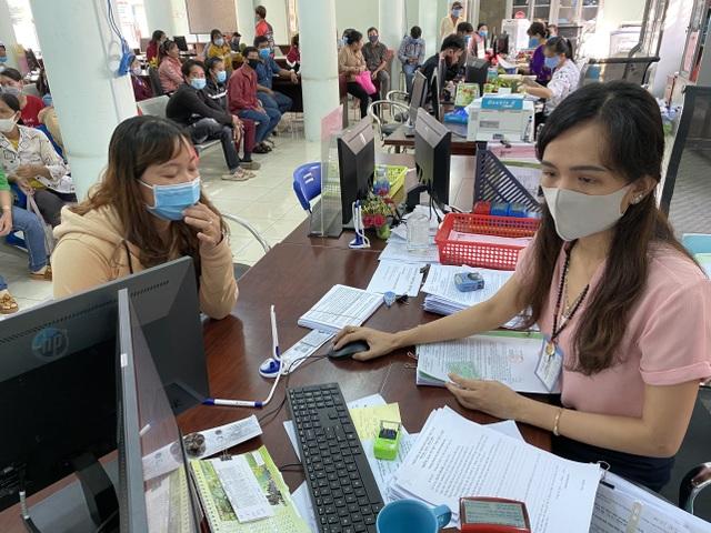 Người lao động tại Long An tấp nập đi làm thủ tục trợ cấp thất nghiệp - 1