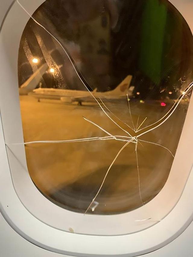 Máy bay đang ở độ cao hàng nghìn mét, khách thất tình đập vỡ cửa sổ - 1