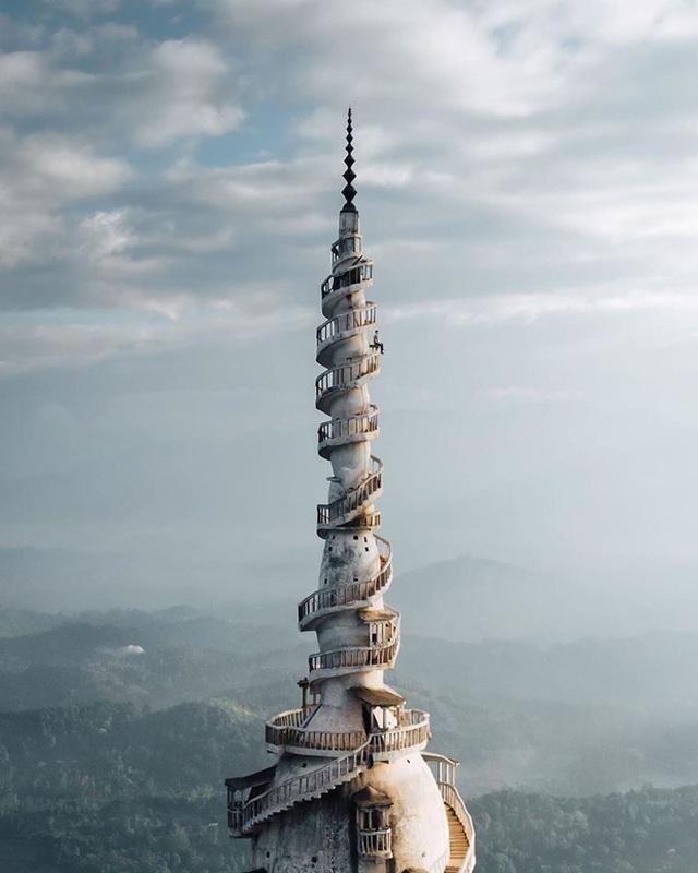 """Tái mặt khi leo lên tháp """"tử thần"""" với gió mạnh chỉ chực cuốn bay người - 2"""