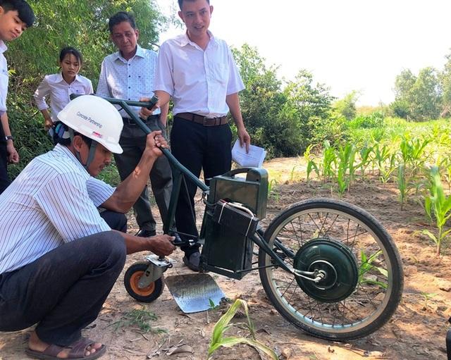 Hai học sinh lớp 9 chế tạo máy cày làm cỏ, bón phân - 2