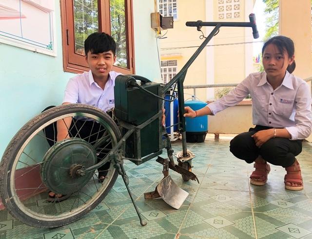 Hai học sinh lớp 9 chế tạo máy cày làm cỏ, bón phân - 3