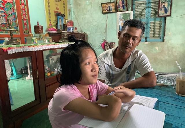 Thương cô sinh viên nghèo có bàn tay lạ thường, thân hình như trẻ mầm non - 1