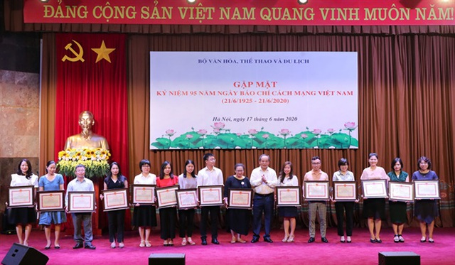 Bộ trưởng Bộ Văn hoá tặng Bằng khen cho phóng viên báo  - Ảnh minh hoạ 2