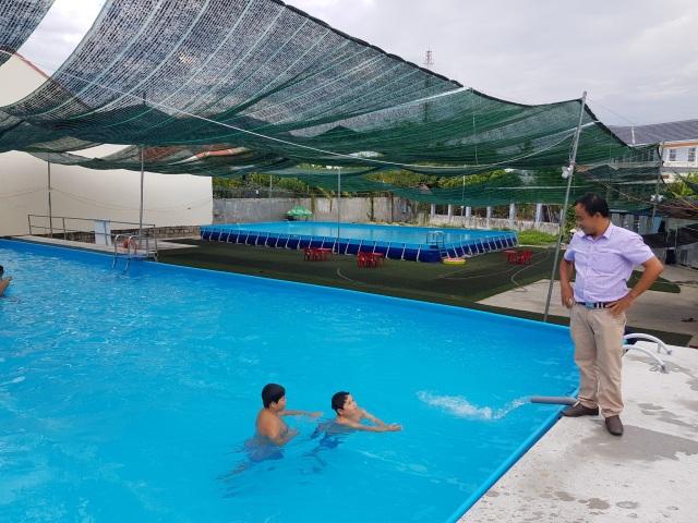 Thầy giáo đầu tư hồ bơi cho học sinh vùng ven học bơi dịp hè - 1