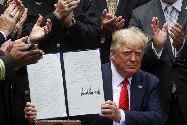 Ông Trump ký lệnh cải tổ cảnh sát Mỹ sau nhiều tuần biểu tình rúng động - 1