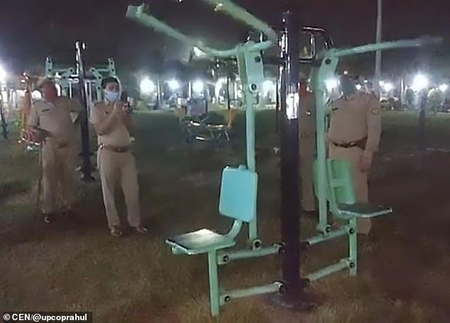 """""""Hoảng hồn"""" trước cảnh máy tập thể dục ở công viên tự chuyển động giữa đêm - 1"""