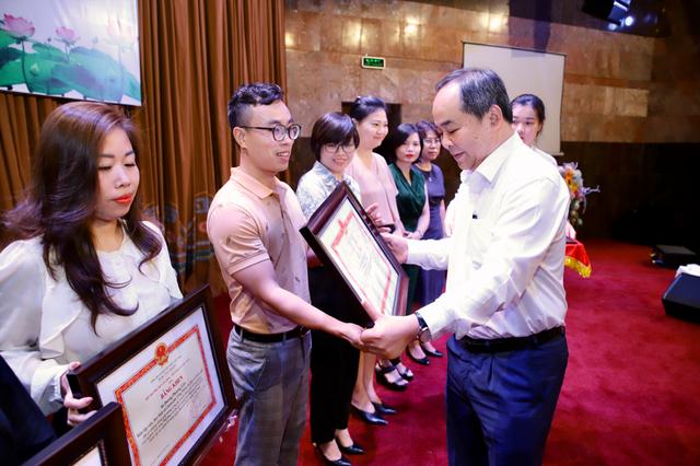 Bộ trưởng Bộ Văn hoá tặng Bằng khen cho phóng viên báo