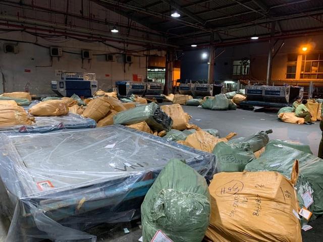 Thu giữ nhiều tấn hàng không hóa đơn chứng từ tại sân bay Tân Sơn Nhất - 1