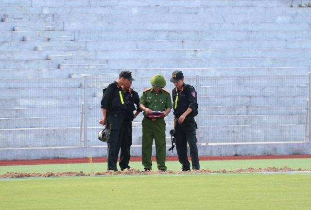 Diễn tập siết chặt an ninh tránh sự cố trên sân Hà Tĩnh trước trận đấu mới - 1