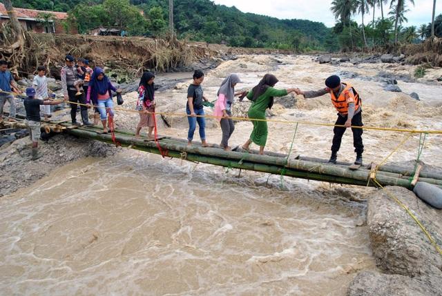Cây cầu đổ sập sau trận mưa lớn - 2