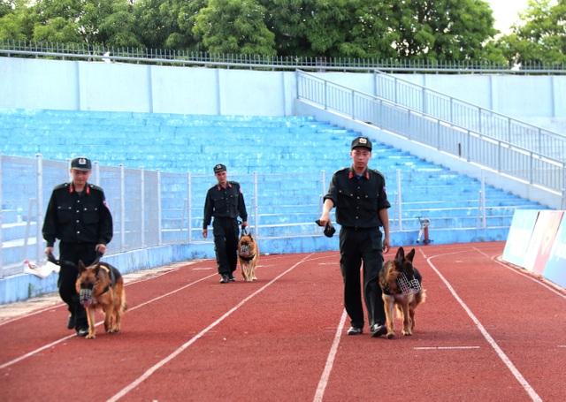 Diễn tập siết chặt an ninh tránh sự cố trên sân Hà Tĩnh trước trận đấu mới - 4