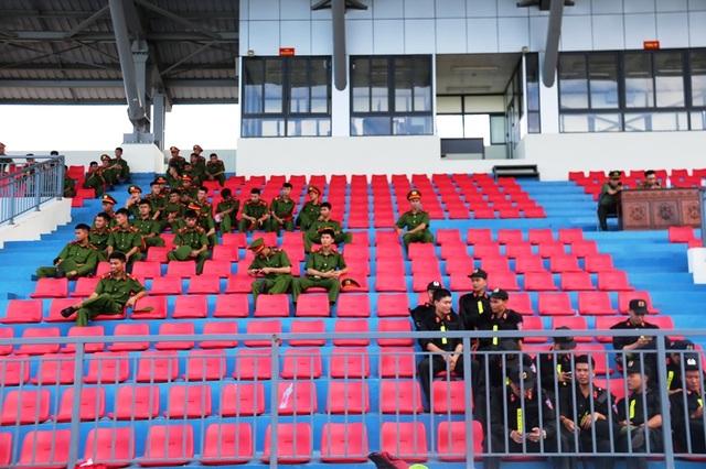 Diễn tập siết chặt an ninh tránh sự cố trên sân Hà Tĩnh trước trận đấu mới - 2