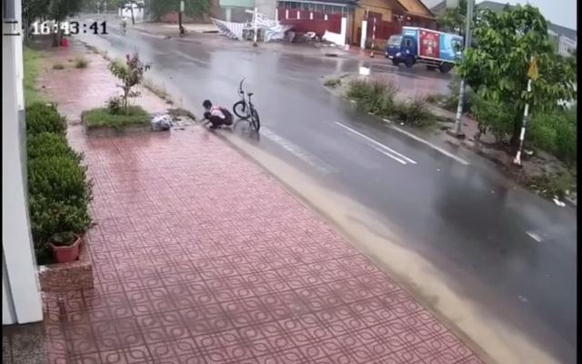 Xúc động cậu học trò lớp 6 dừng lại nhặt rác, thông cống giữa trời mưa - 1