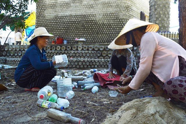 Ngôi chùa được làm từ 60.000 chai nhựa - 2