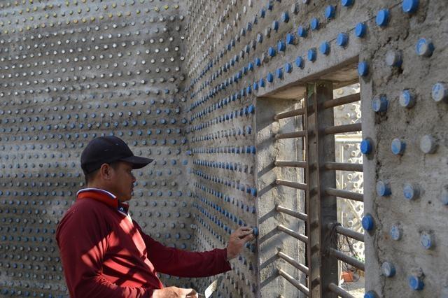 Ngôi chùa được làm từ 60.000 chai nhựa - 4