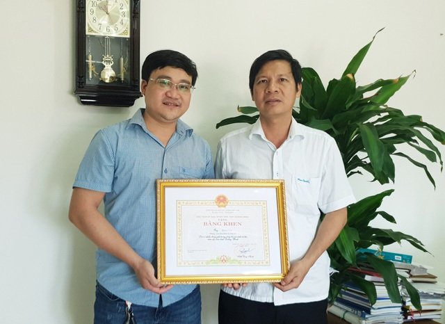Chủ tịch Quảng Bình tặng Bằng khen cho phóng viên Báo Dân trí - 1
