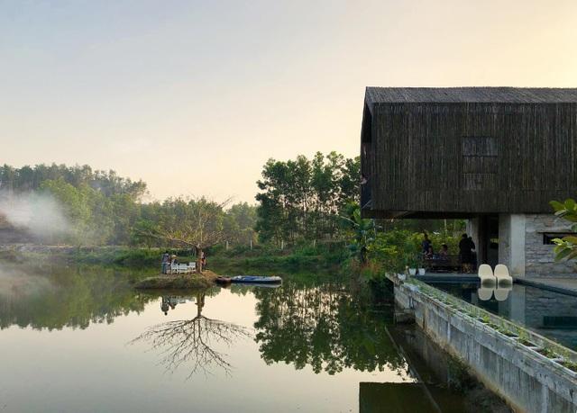 Chán biệt thự phố, vợ chồng Việt về quê làm nhà tranh giữa vườn cây, ao cá - 10