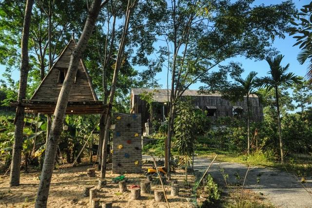Chán biệt thự phố, vợ chồng Việt về quê làm nhà tranh giữa vườn cây, ao cá - 12