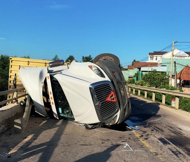 Xe đầu kéo lật nghiêng, thùng xe nằm chênh vênh trên thành cầu