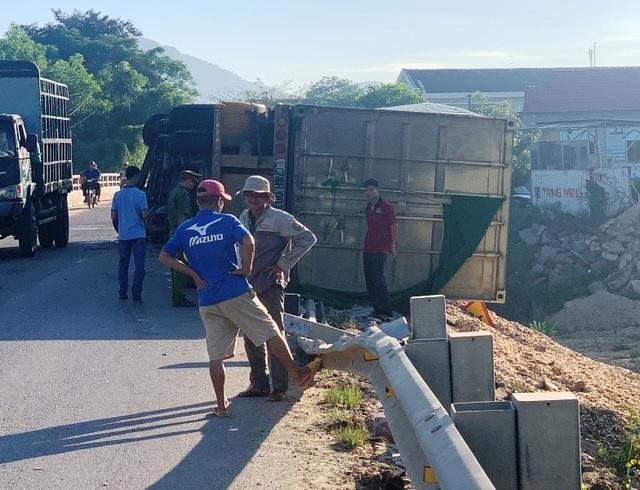 Xe đầu kéo lật nghiêng, thùng container nằm chênh vênh trên thành cầu - 2
