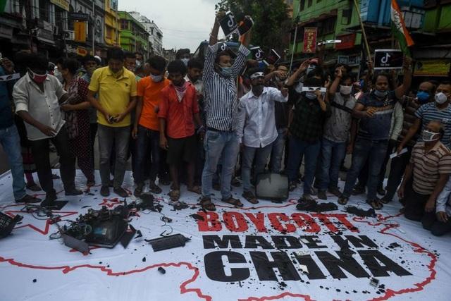 Ấn Độ sục sôi vì vụ đụng độ, Bộ trưởng kêu gọi tẩy chay hàng Trung Quốc  - 1