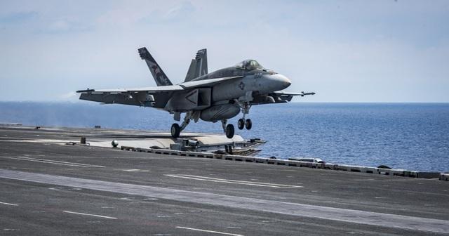 """Tiêm kích """"ong bắp cày"""" trên tàu sân bay Mỹ lao xuống biển - 1"""