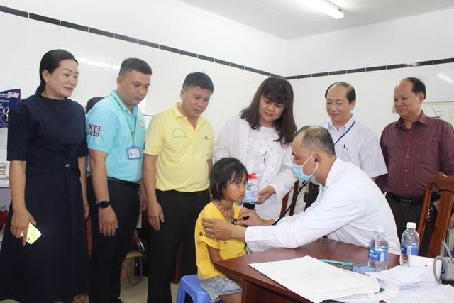 Hơn 1.200 trẻ em nghèo được khám sàng lọc, tầm soát tim miễn phí - 2