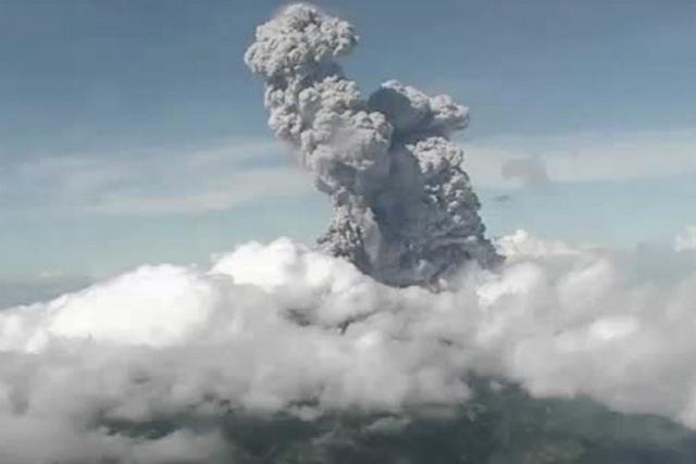Núi lửa hoạt động mạnh nhất Indonesia phun trào tro bụi cao 6 km - 1