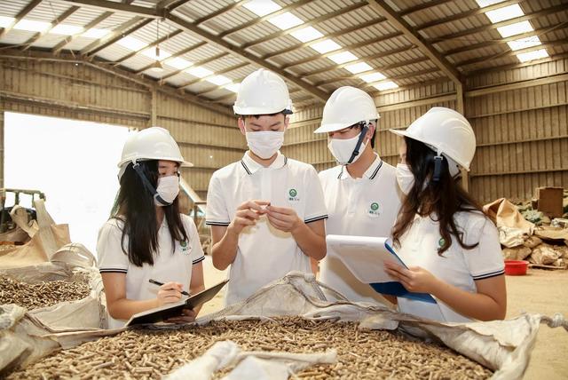 8 học sinh Hà Nội tái chế lõi ngô thành sản phẩm cho trồng trọt, chăn nuôi - 2