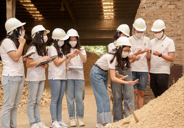8 học sinh Hà Nội tái chế lõi ngô thành sản phẩm cho trồng trọt, chăn nuôi - 1